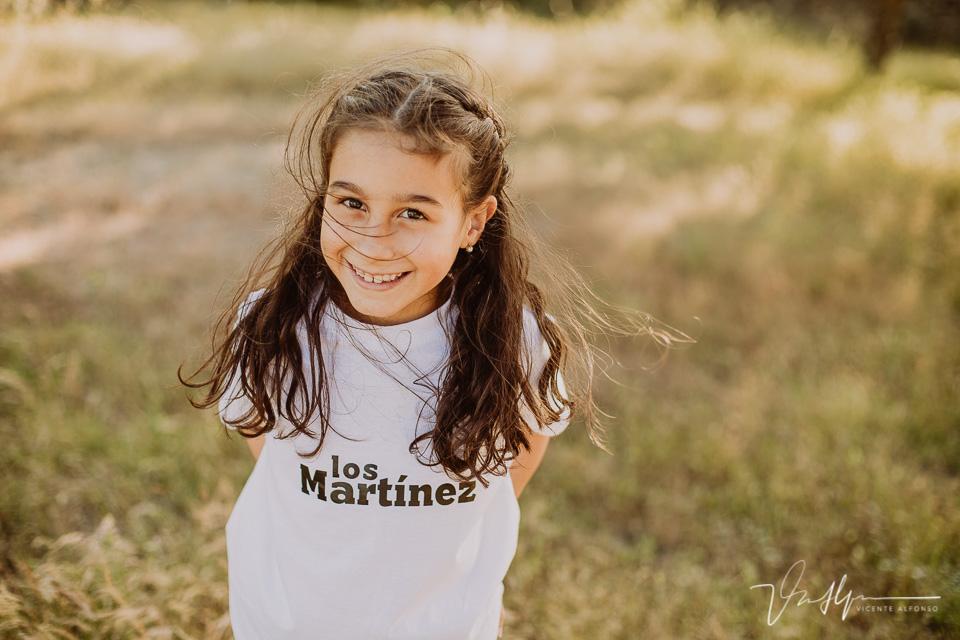 Retrato niña con el pelo al viento