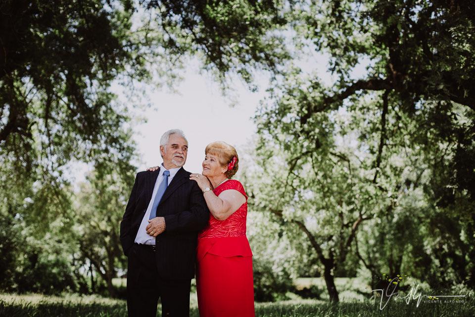 Abrazos de parejas con 50 años de casados