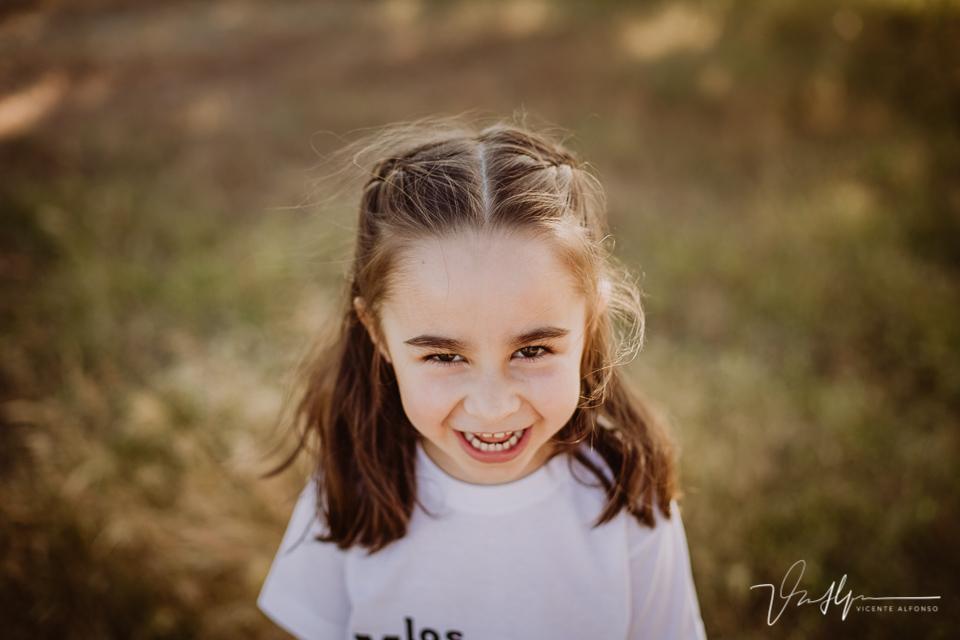 Retrato niña pequeña riendo