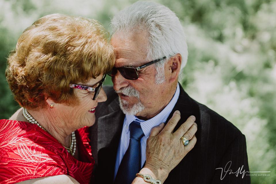 Pareja de abuelos abrazados