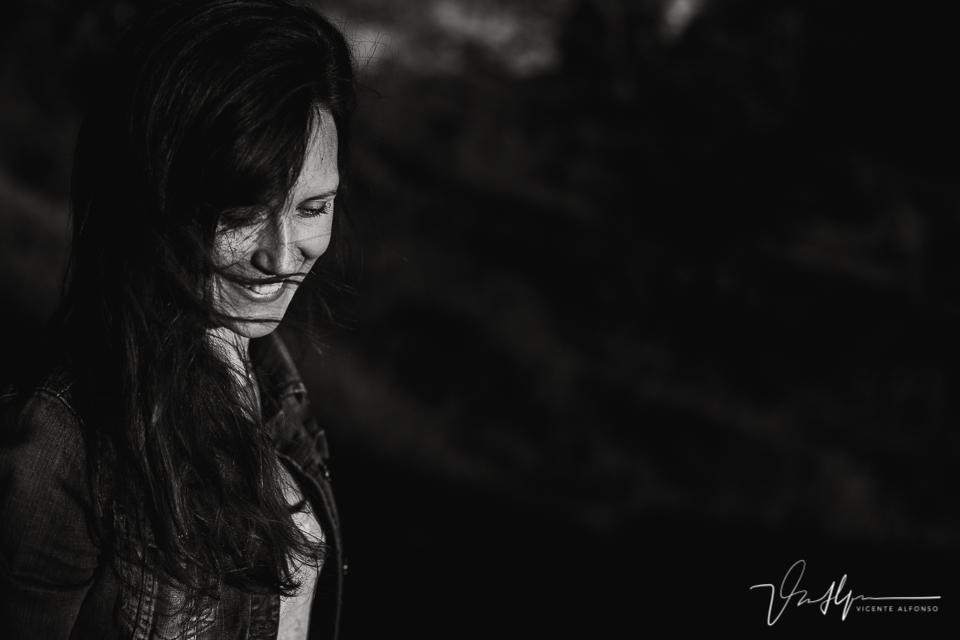 Retrato mujer blanco y negro con el pelo moviéndose al viento