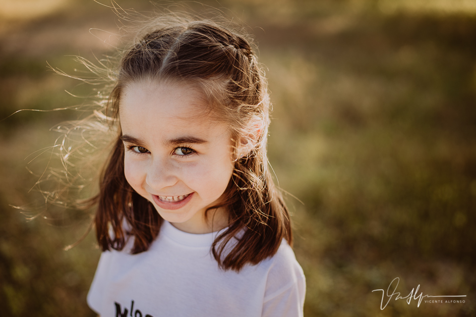 Retrato niña pequeña en el campo sonriendo