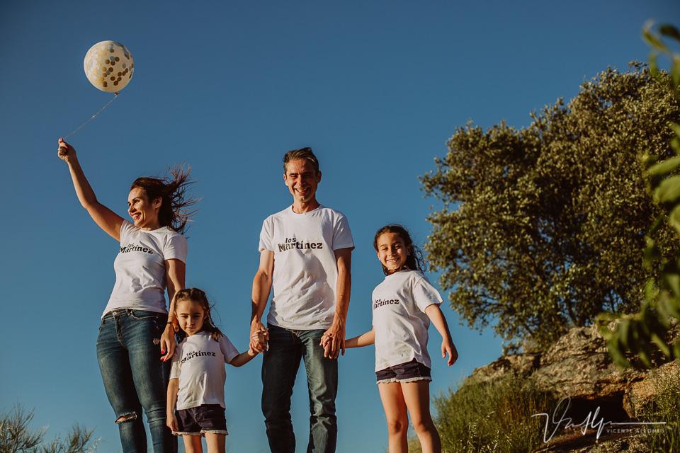 Familia con el precioso cielo azul de fondo