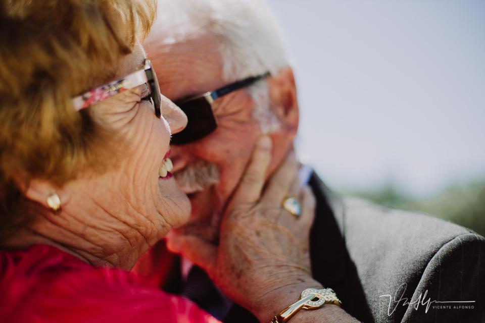 Sonrisas y lágrimas en sus bodas de oro