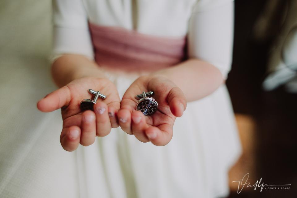 Los gemelos en las manos de la hija del novio
