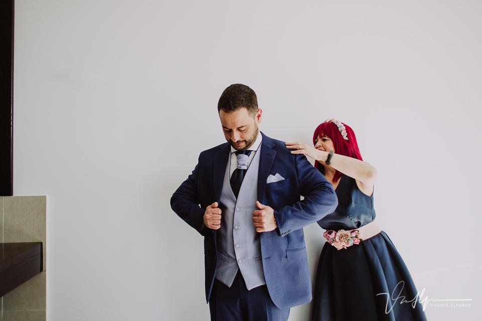 Colocando la chaqueta al novio