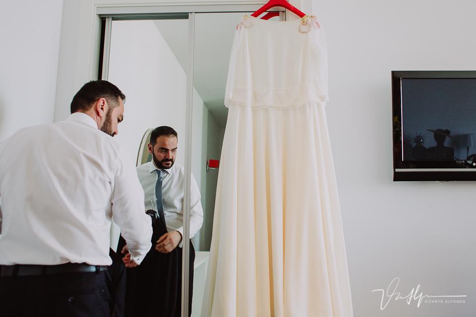 Novio del hermano de la novia junto al vestido de novia