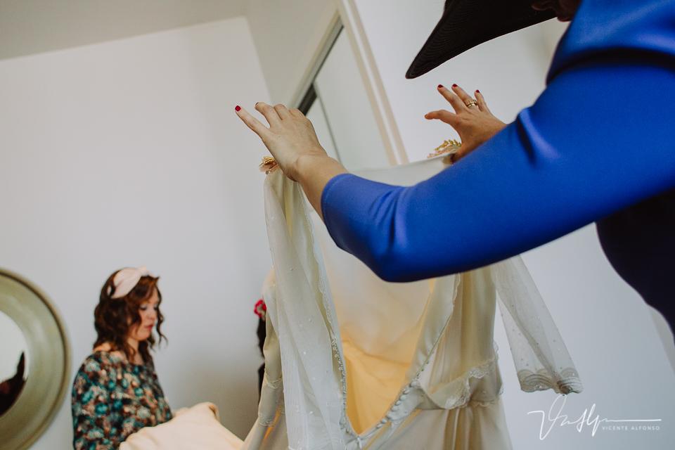 Cogiendo el vestido de la novia