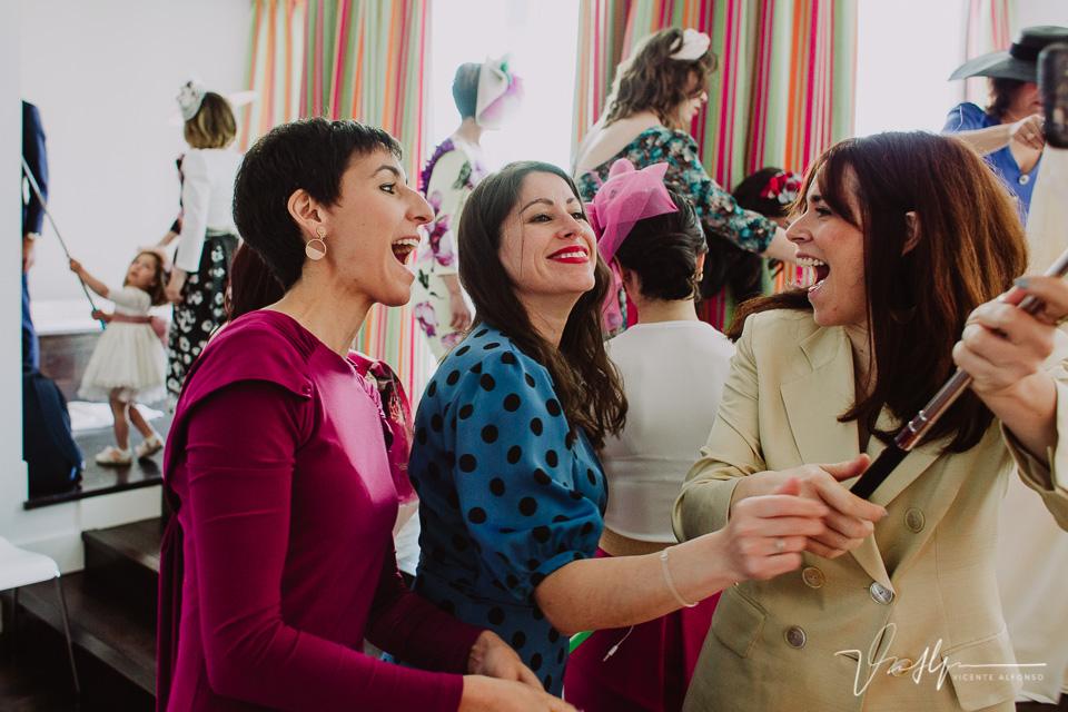 Amigas de la novia riendo