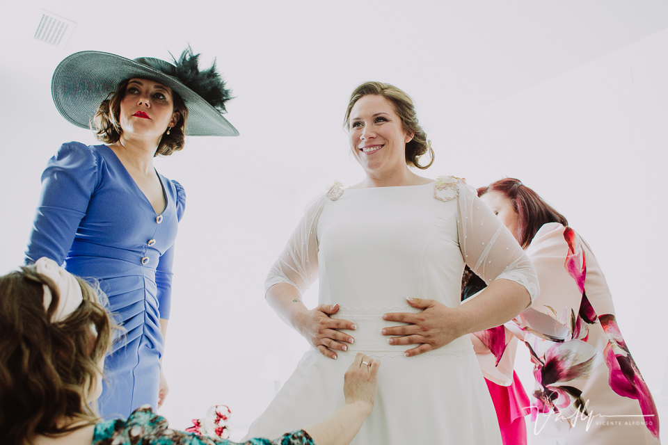 La novia se pone el vestido