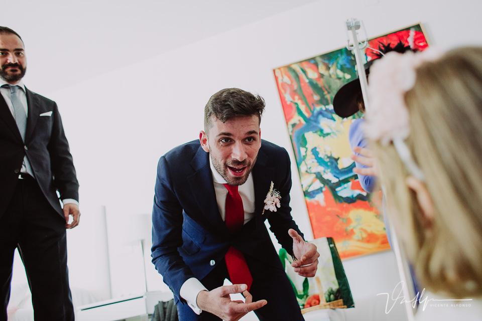 Hermano de la novia llamando a su sobrina