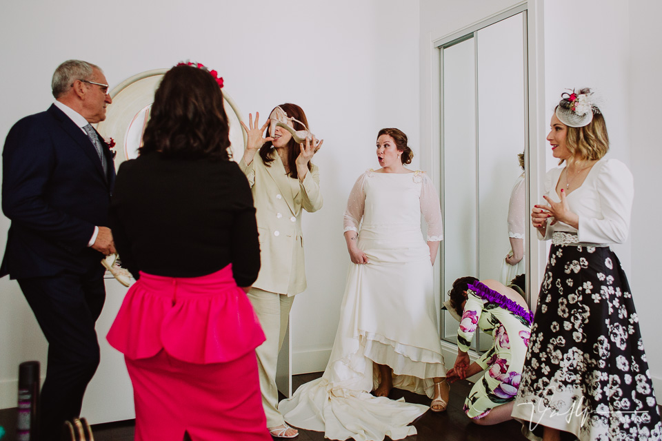 Las amigas ayudando a la novia a elegir complementos