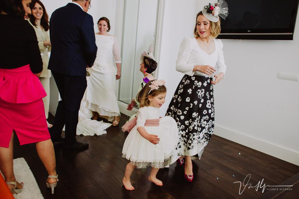 La hija de la novia corriendo