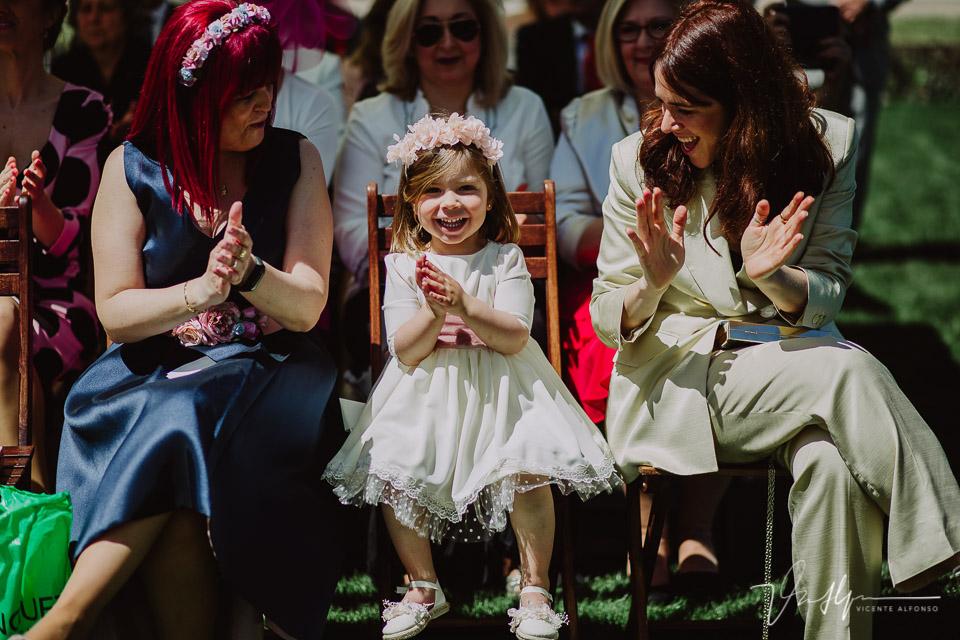 Hija de los novios aplaudiendo en la ceremonia