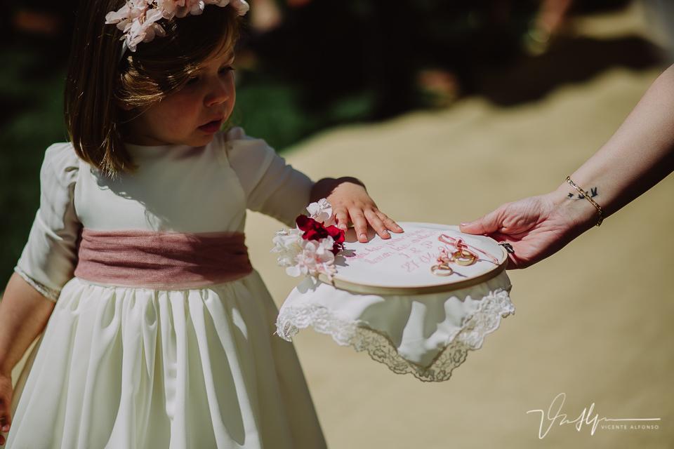 Hija entregando los anillos