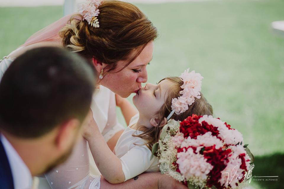 Beso de a novia a su hija en la ceremonia