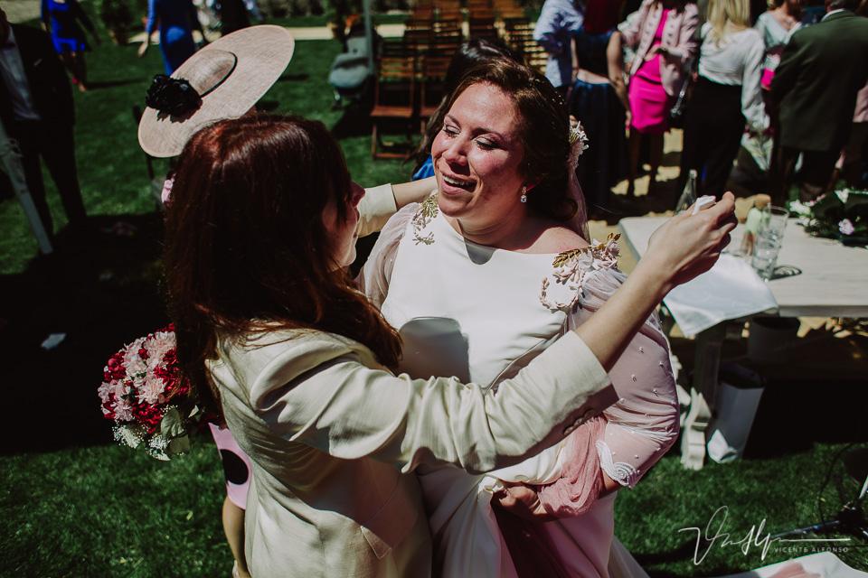 Abrazos amigos de la novia