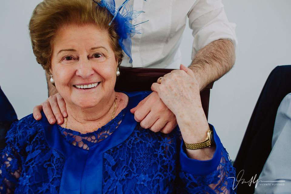 detalle mano en el hombro de la abuela