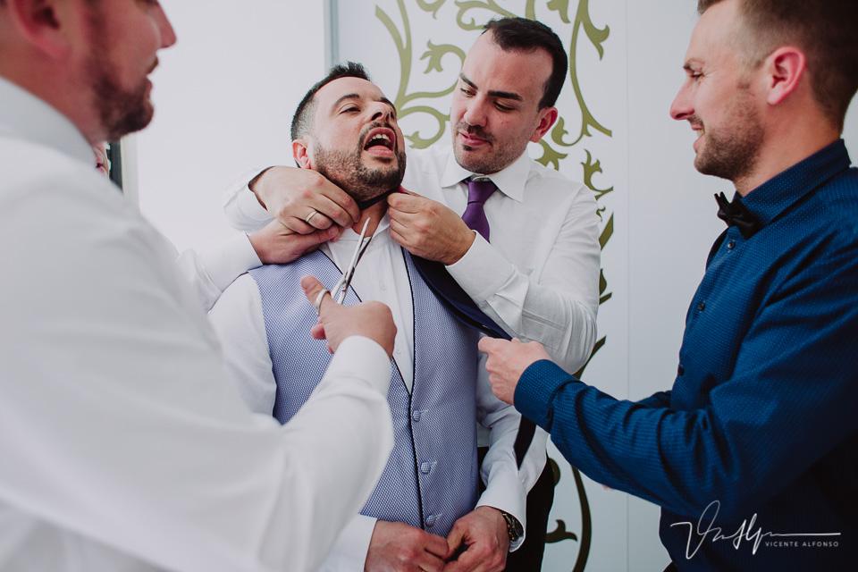 Cortando corbata al novio