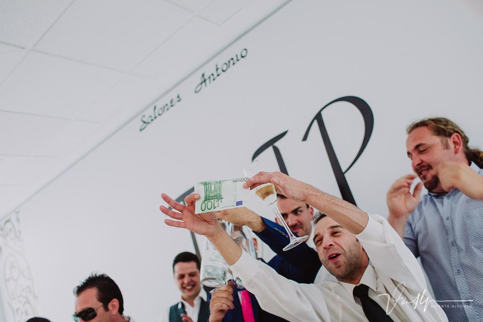 Enseñando billete de 100 euros