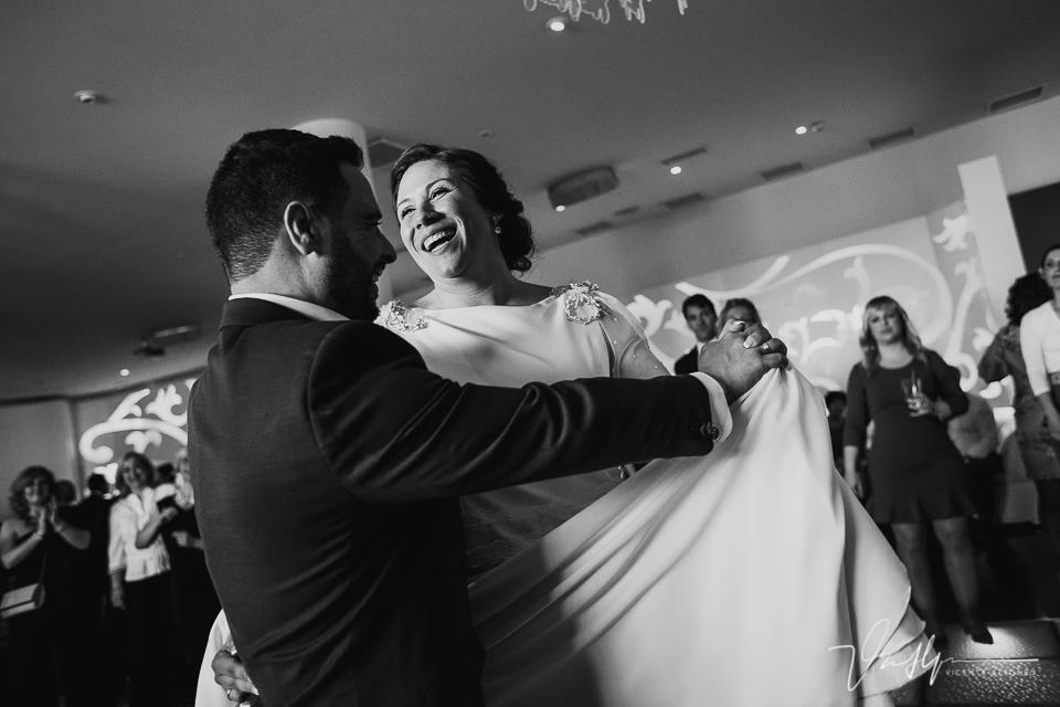 Baile final de los novios en los salones antonio en blanco y negro