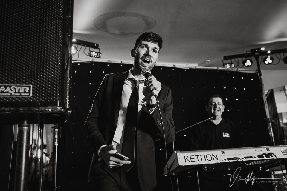 Hermano de la novia cantando