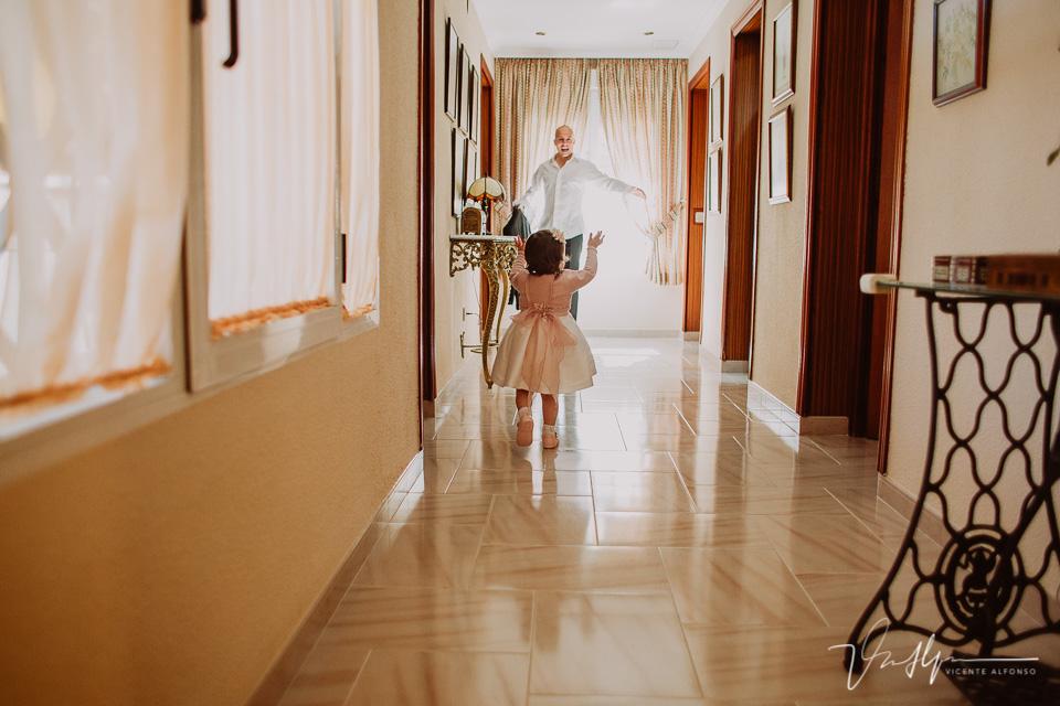 Hija del novio corriendo por el pasillo