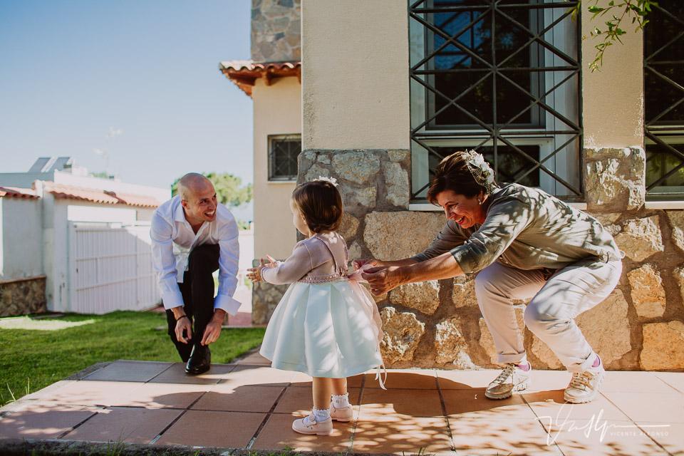 Novio atándose los zapatos mientras la hija se prepara