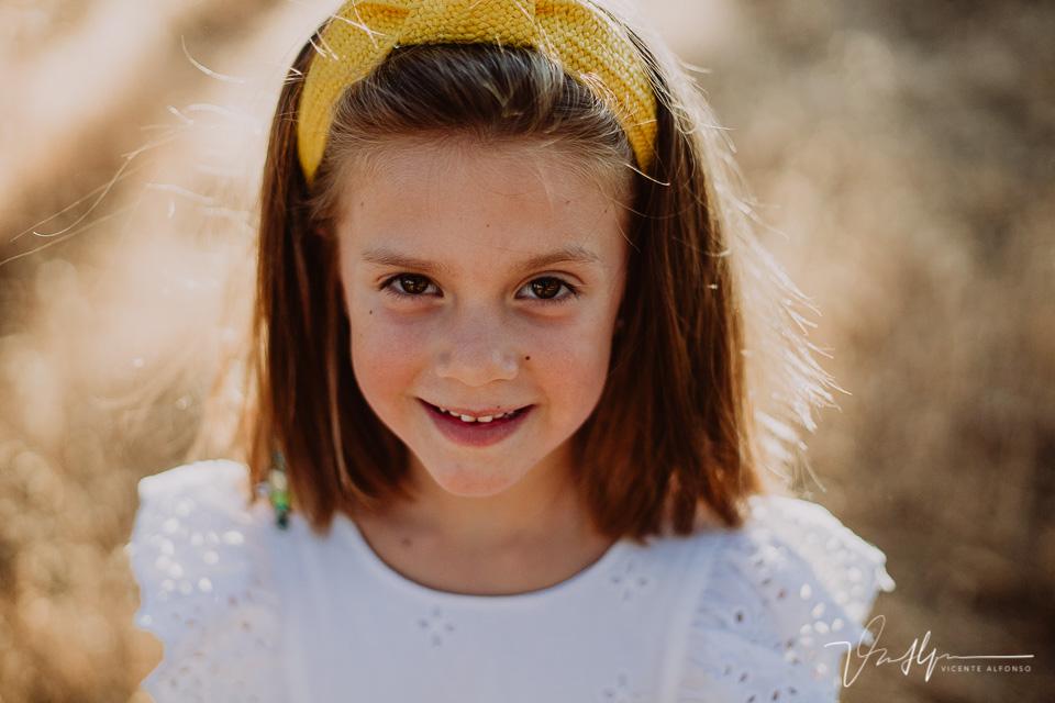 retrato niña en el campo