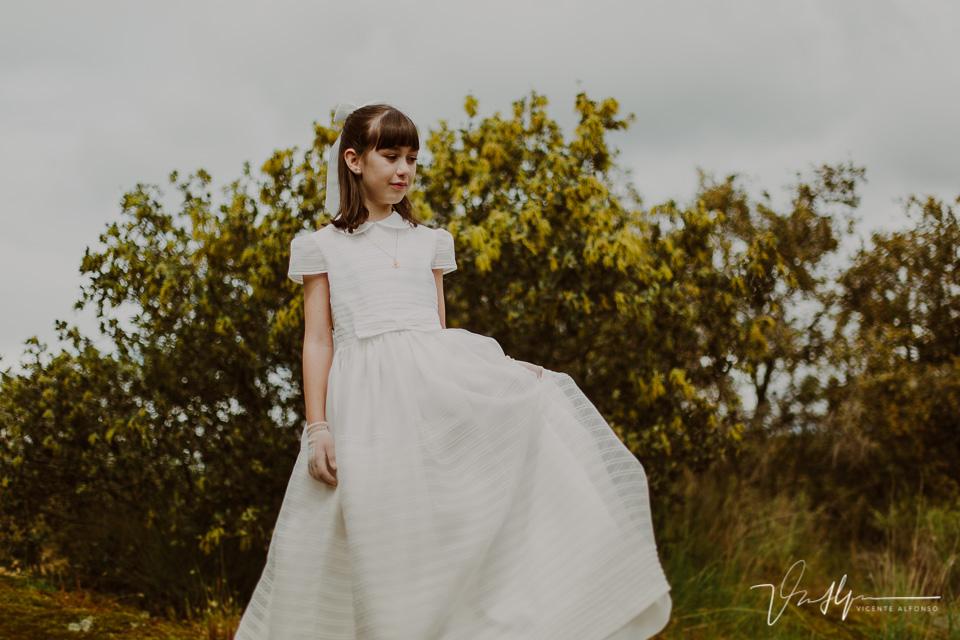 Niña andando con su vestido de comunión