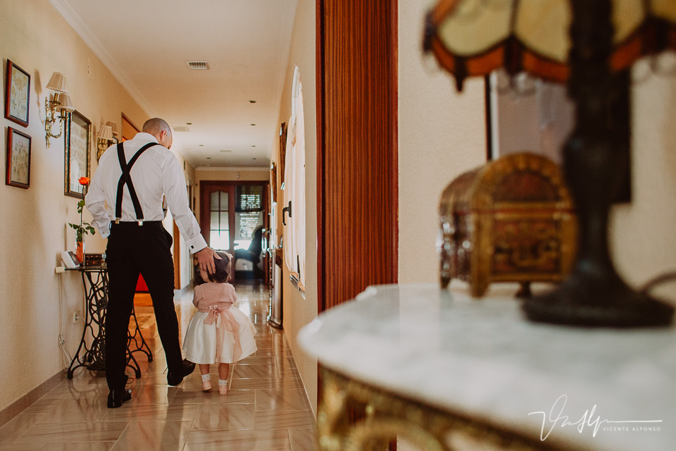 Novio andando con su hija