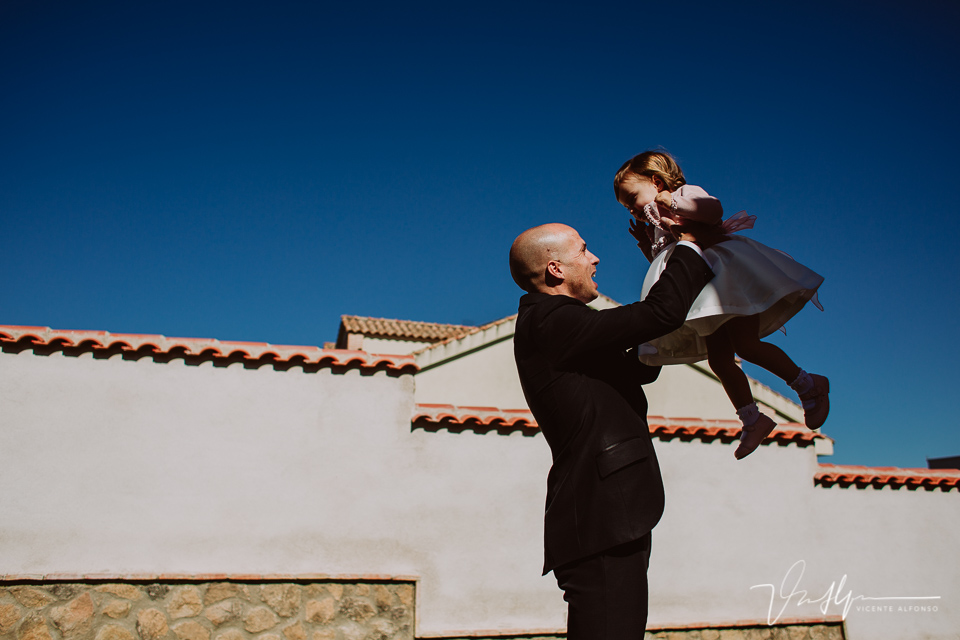 Novio jugando con su hija