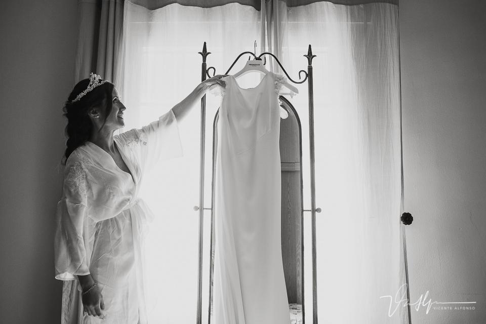 Novia cogiendo el vestido