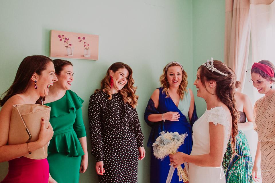 Amigas emocionadas al ver a la novia