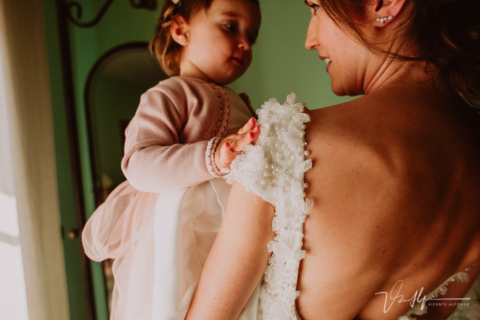 Hija de la novia mirando su madre