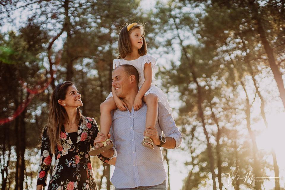 retrato familiar entre pinos al atardecer con hija a burrique