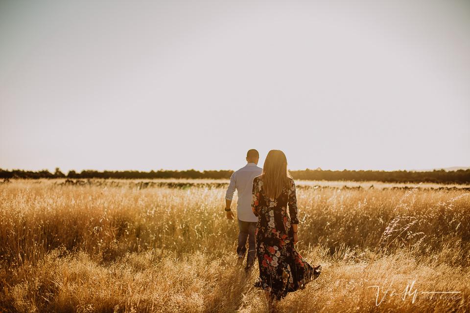 pareja andando hacia el sol