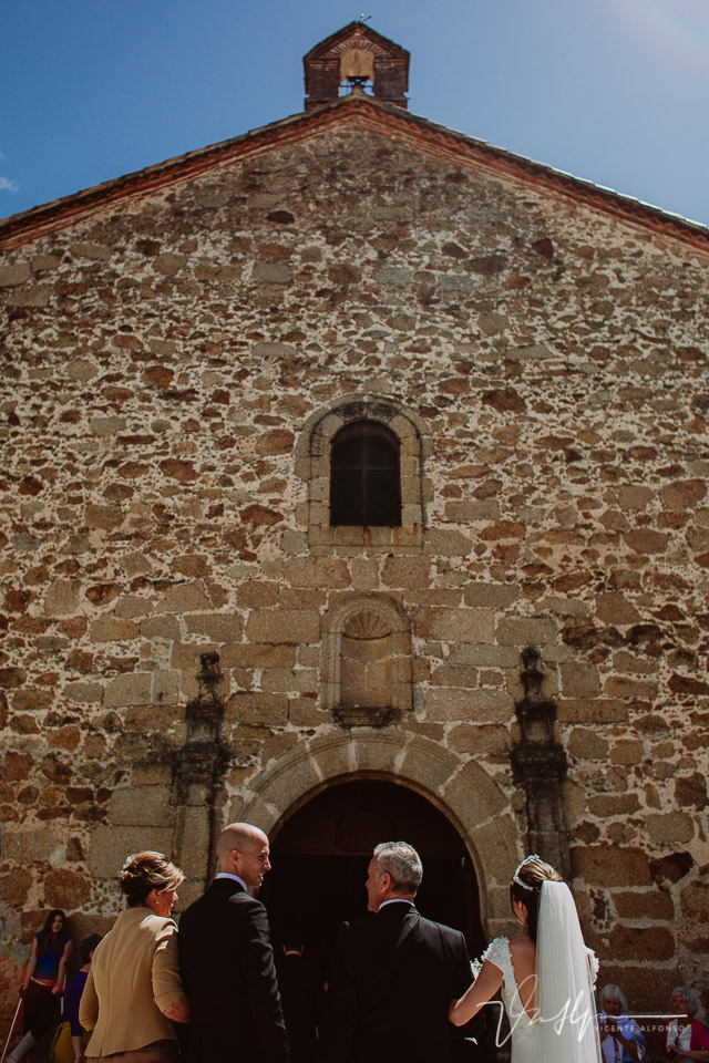 entrada a la iglesia de los novios