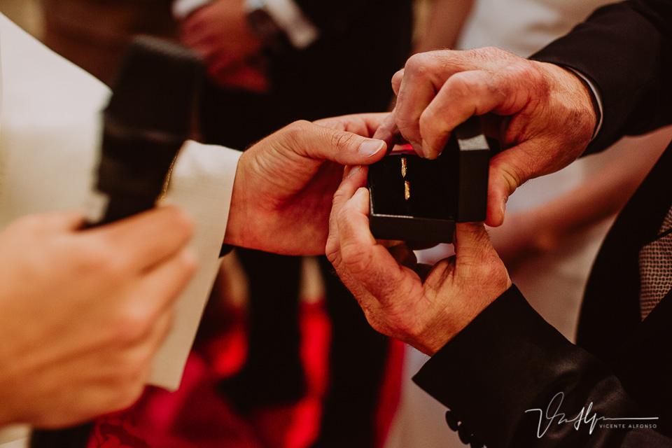 sujetando los anillos de boda
