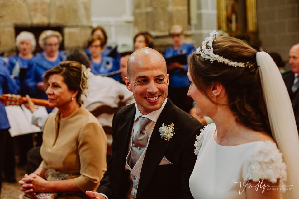 novio sonriendo a la novia