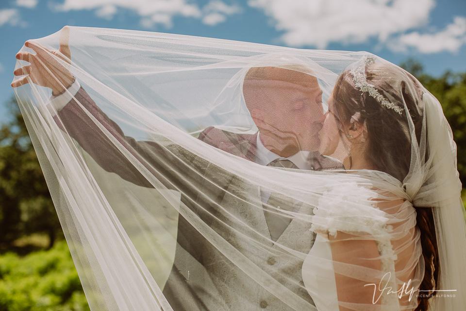 novio y novia entre el velo