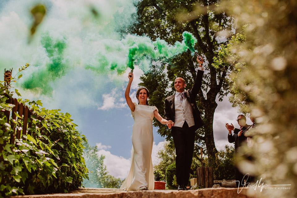 novios llegando con humo verde
