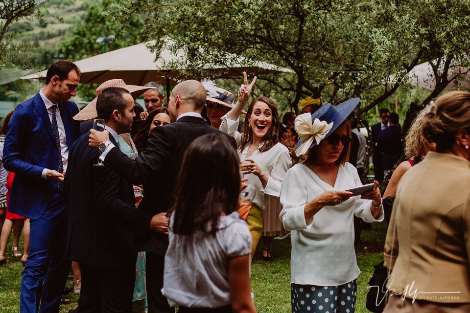 Amigos y familiares en el cóctel de boda, detalles en el ruta imperial 01