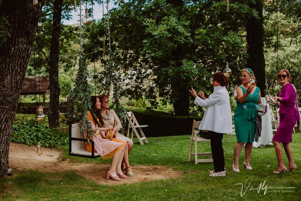 Amigos y familiares en el cóctel de boda, detalles en el ruta imperial 02