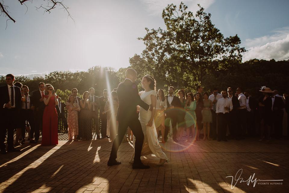 Fotografía del baile de boda en el ruta imperial en exteriores en la vera