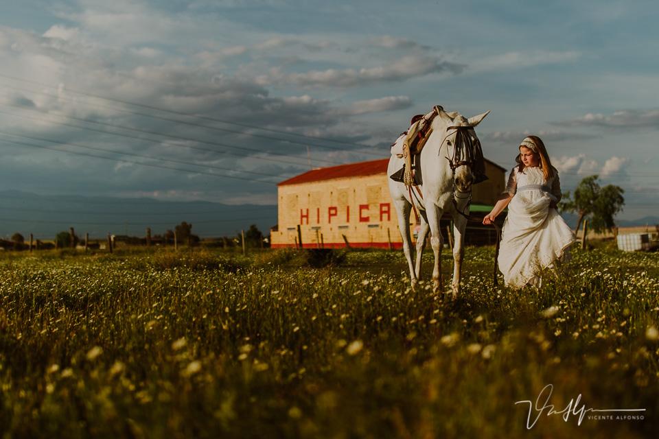 Niña con caballo en el día de su comunión
