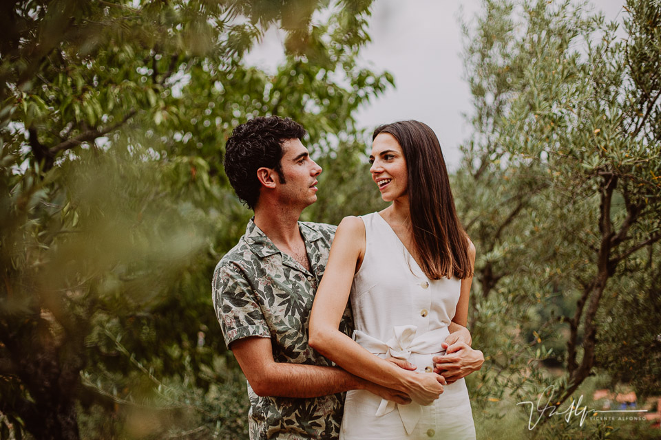 Pareja abrazada entre Olivos en la Vera