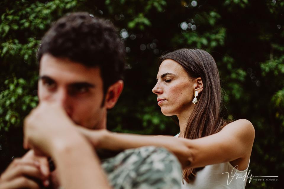 Novio besando la mano de su prometida