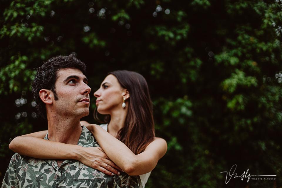 Retrato pareja entre hojas