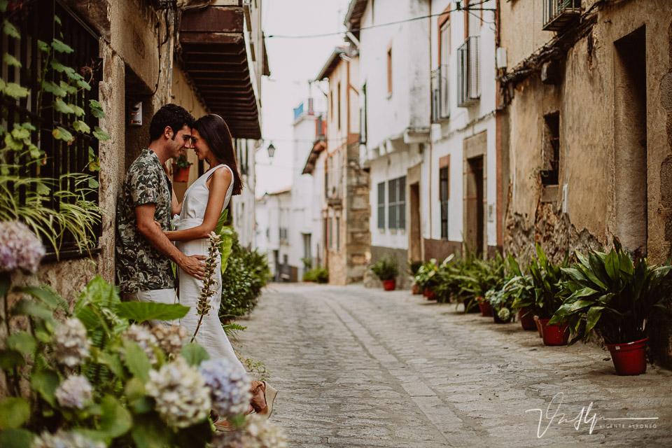 PReciosa calle de pasarón de la Vera junto con una pareja